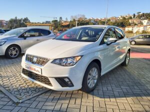 Ibiza 1.6TDI de 95cv branco estacionado em stand exterior