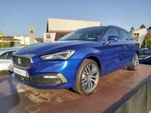 Leon SP Xcellence 1.5TSI 150cv azul estacionada em palanque de exposição.